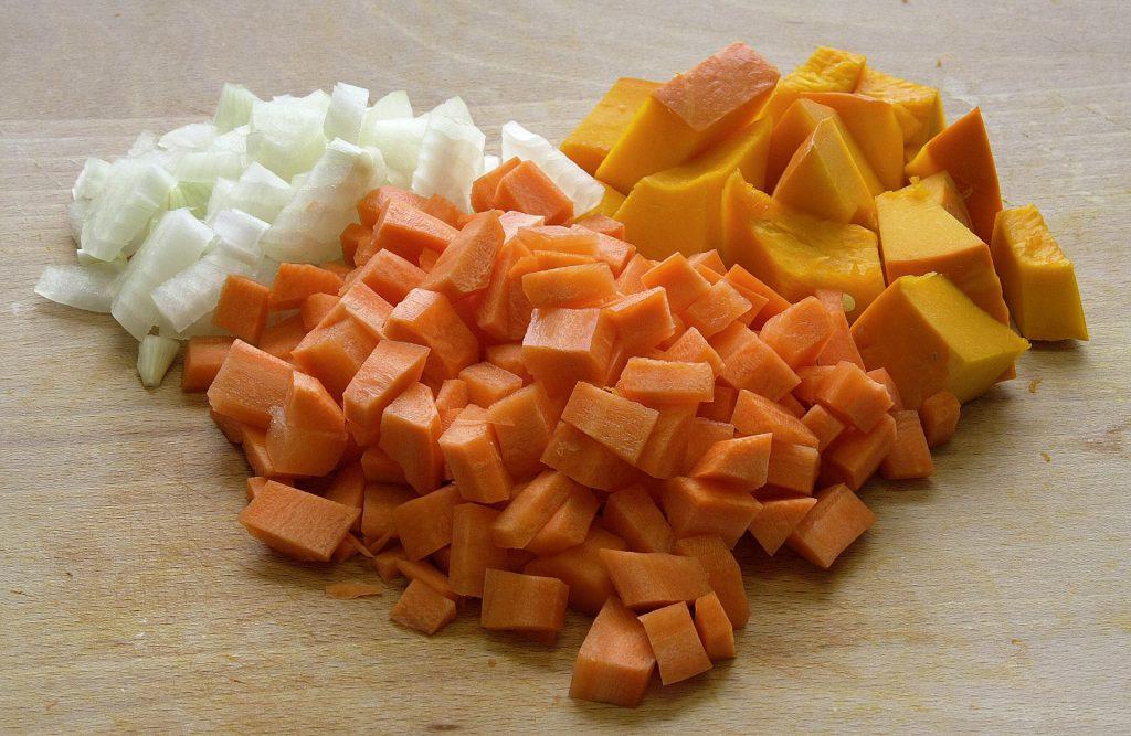 Ingredientes troceados crema de calabaza y zanahoria