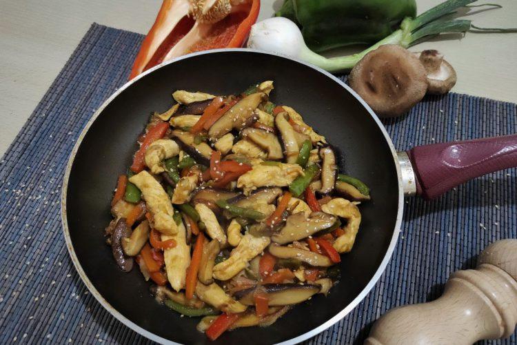 Wok de pollo y verduras salteadas