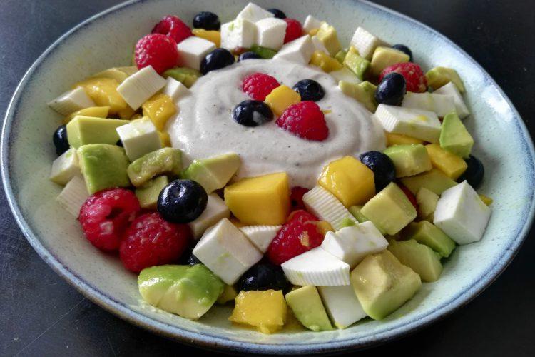 Ensalada de frutas y queso fresco con salsa de yogurt