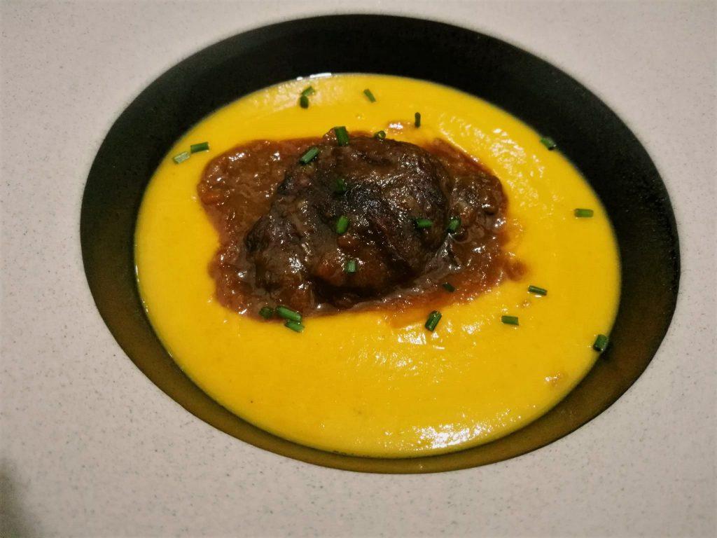 Carrillera de cerdo al vino tinto con crema de calabaza y zanahoria