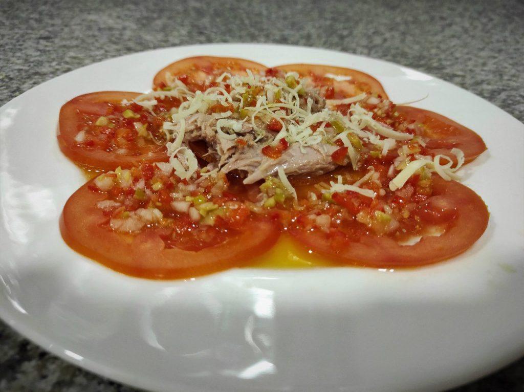 Carpaccio de tomate con ventresca de atún