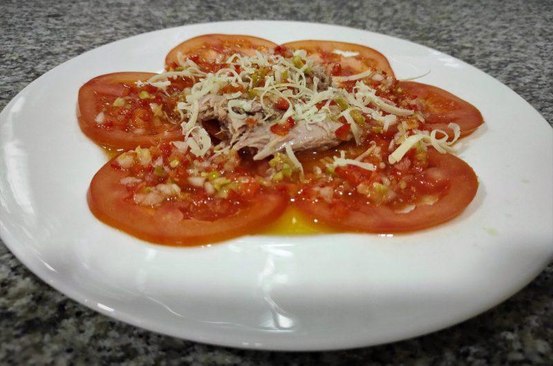 Carpaccio de tomate y atún con vinagreta
