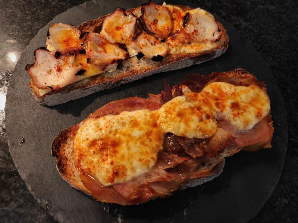 Tosta de pulpo con queso san simon y tosta de lacon