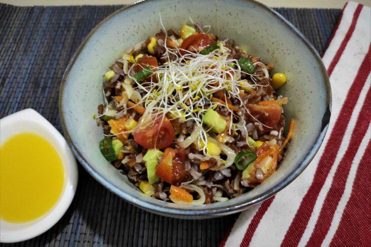 ensalada de arroz rojo integral con vinagreta de mandarina
