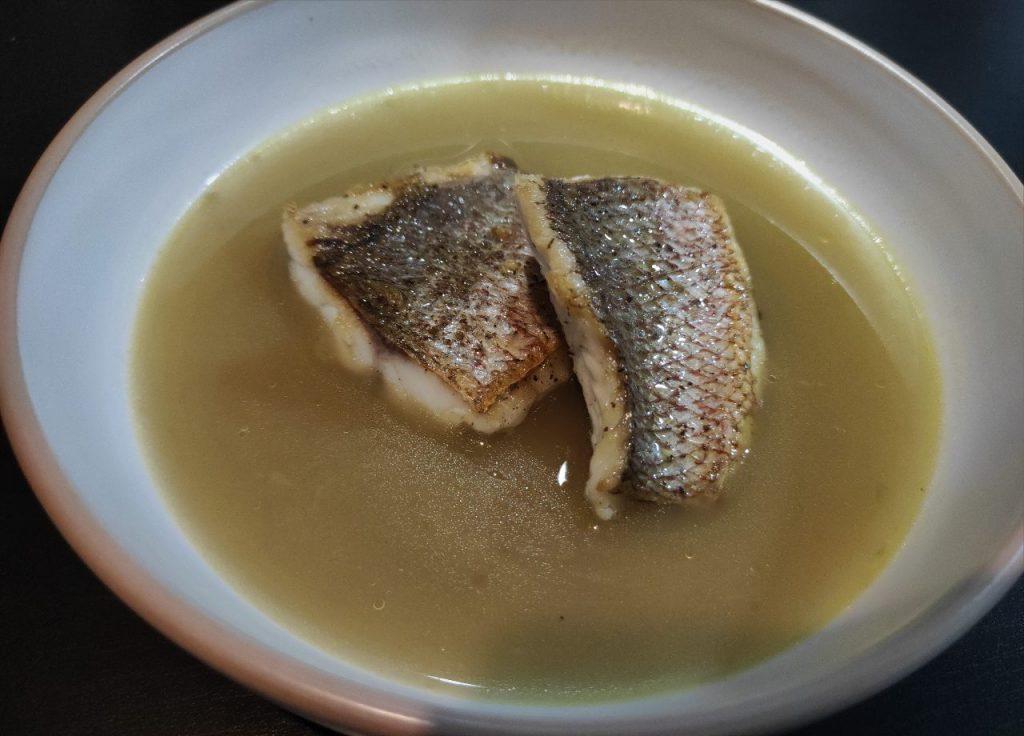 pargo a la plancha con caldo dashi de shiitake y algas
