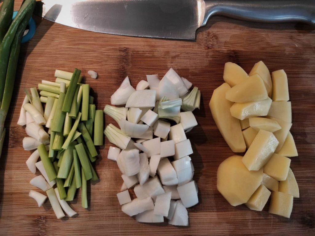 corte de la cebolleta y los ajetes tiernos