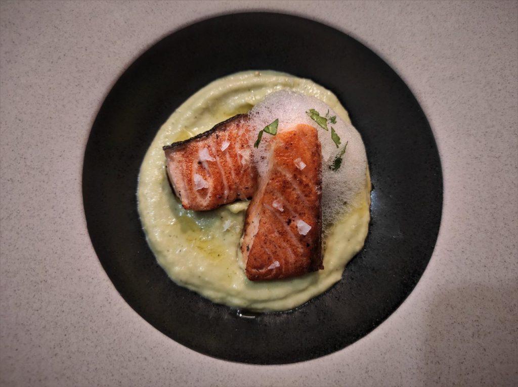 crema de aguacate con salmon a la plancha