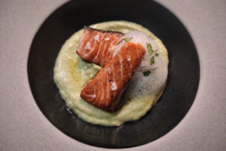 salmón a la plancha con crema de aguacate