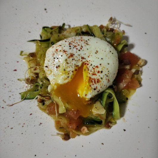 espaguetis de calabacín con huevo mollet