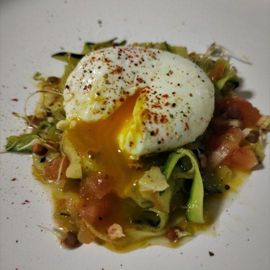 calabacín, tomate concassé y huevo mollet